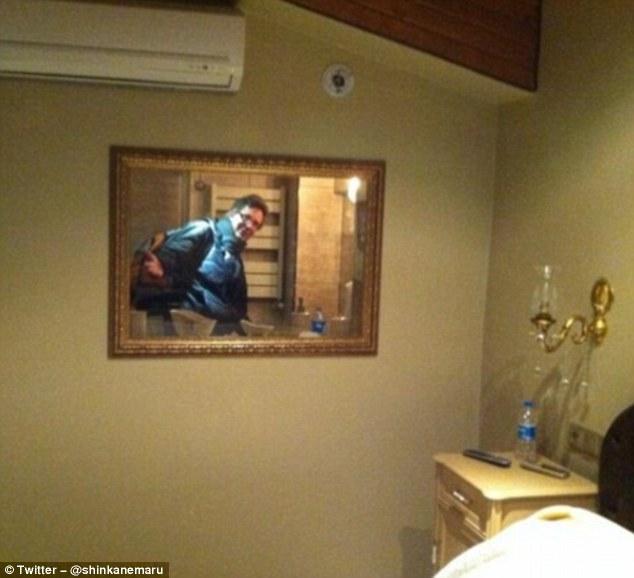 Окно из туалета выходит прямо в спальню. Наверное, это отель для извращенцев, которые любят наблюдат