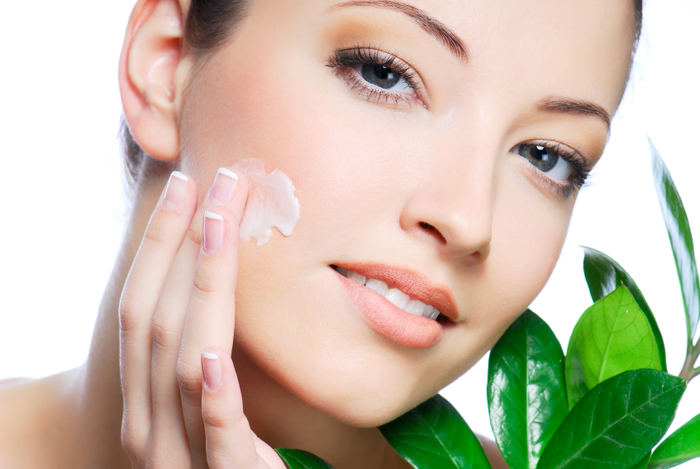 После «голливудской» чистки кожа обезвоживается , поэтому сразу на лицо нужно на нести увлажняю