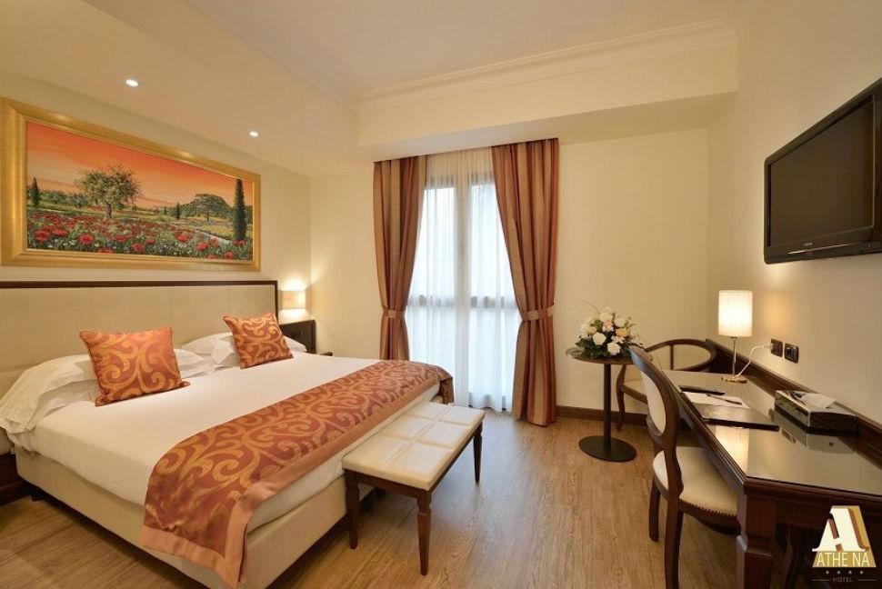 Фантазия — как следует выспаться, желательно в позе звезды, на огромной кровати в отеле Hotel Athena