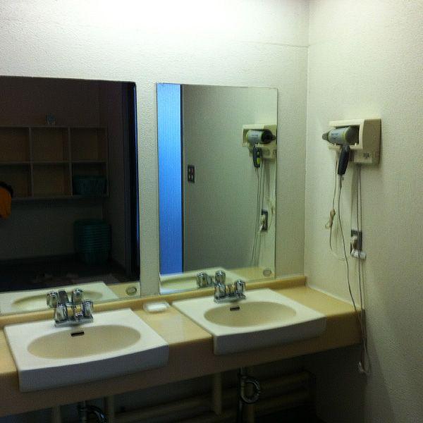 Строгое правило: в баню и ванну офуро можно заходить только нагишом. Кроме того, запрещен вход для л
