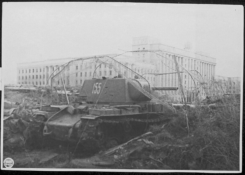 Танк КВ-1 на Московском шоссе у Дома Советов