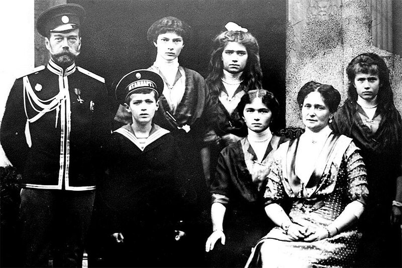 nicholas_ii_and_his_family_1915.jpg