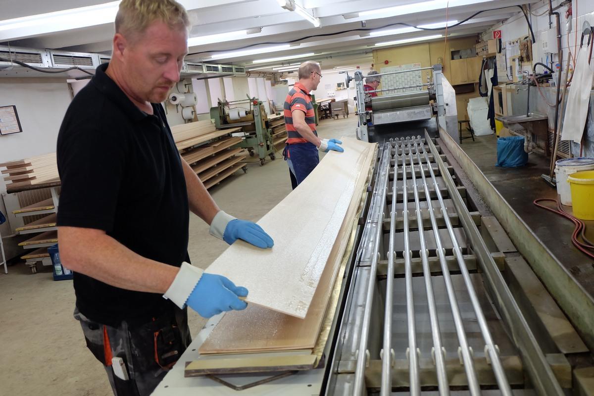 Склейка корпуса рояля Steinway & Sons, склейка шпона, подготовка шпона для пресса