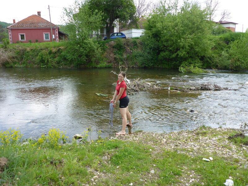 стирка детской одежды в реке в велопоходе по сербии