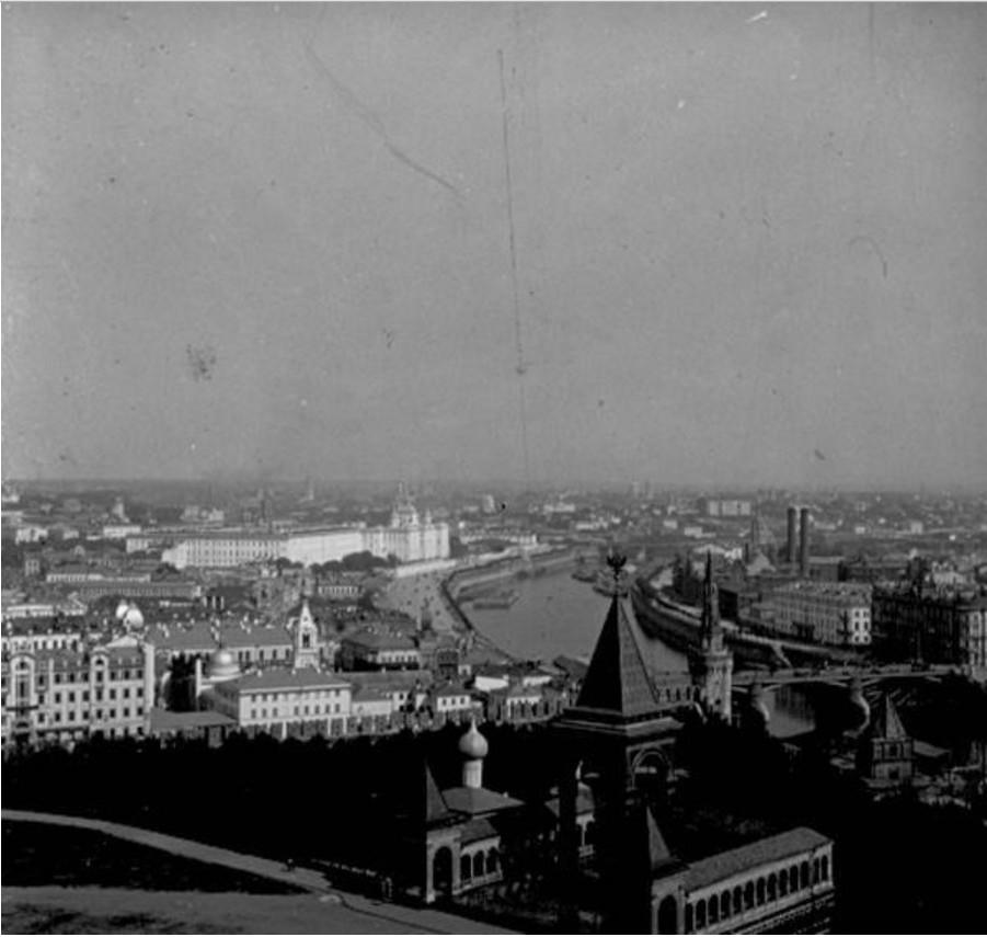 Вид на Москву-реку и памятник Александру II с колокольни Ивана Великого