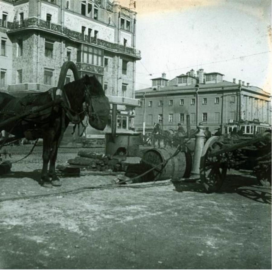 Дорожные работы перед гостиницей «Метрополь»