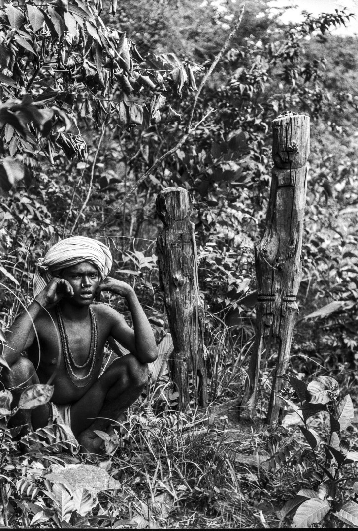 703. Орисса. Портрет мужчины возле двух деревянных молельных столбов