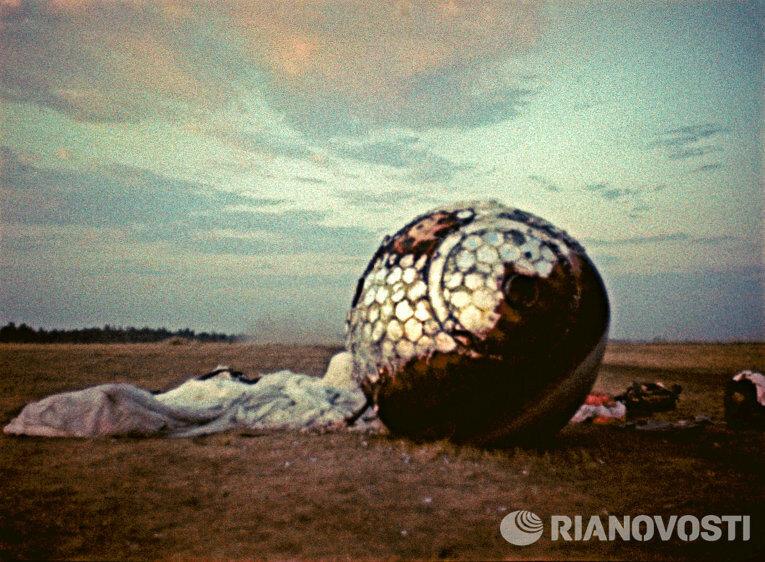 1961 Вот на этом спускаемом аппарате космического корабля Восток Юрий Гагарин вернулся на землю.jpg