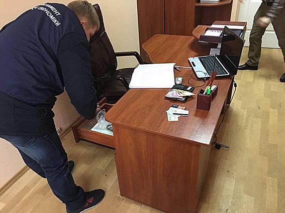 """Директор коммунального предприятия на Днепропетровщине погорел на требовании """"отката"""" в 10 тысяч, -"""