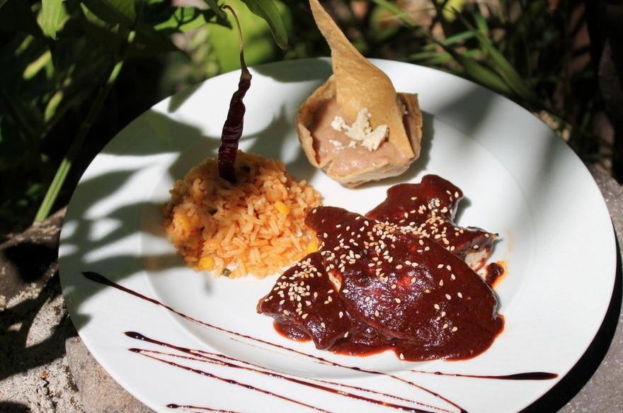 18. Мексика Соус моле состоит из трав, мясного бульона, масла, орехов, какао и чили. Для приготовлен
