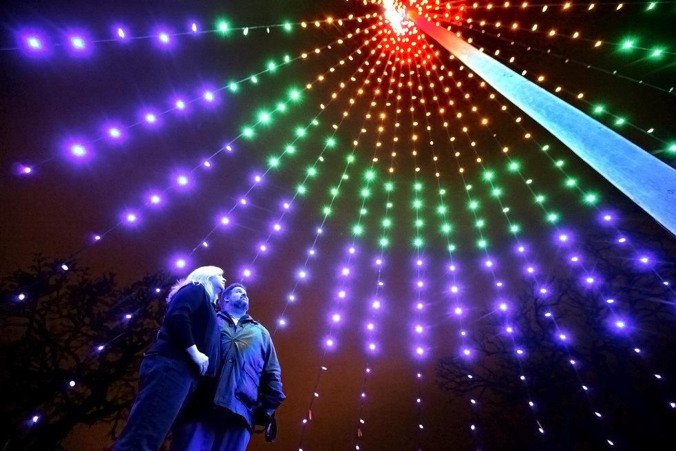 1. Том и Кэти Ханнс любуются новогодними гирляндами в парке Олин-Тюрвилль в Мэдисоне, штат Висконсин