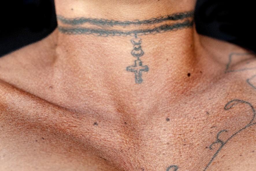 13. Бонни любит татуировки, недавно она сделала себе еще одну: колье с крестом.