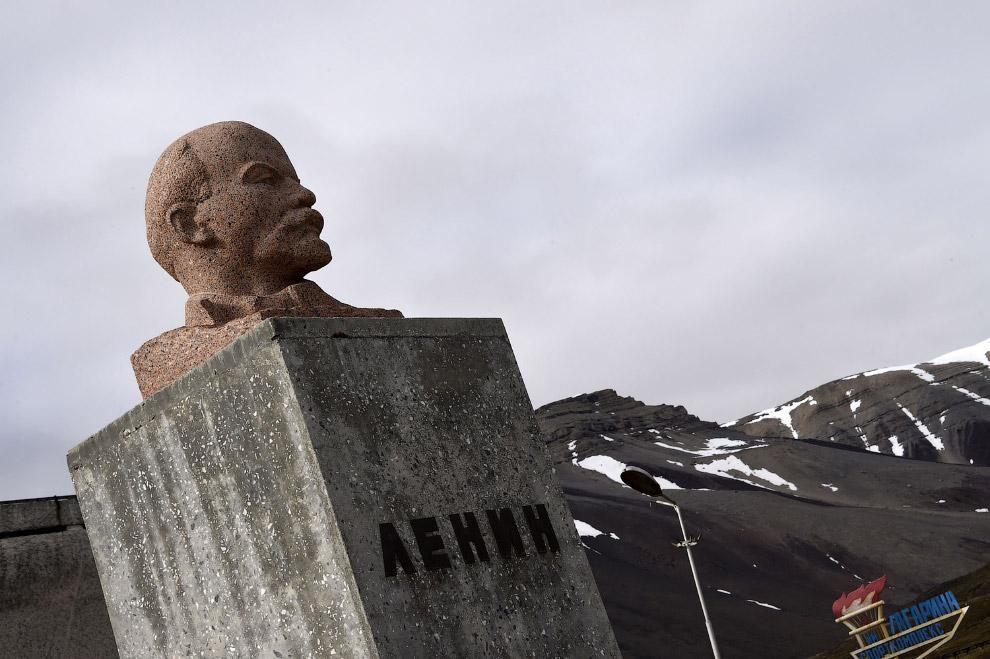 9. Красивый ледник Кронебрин, расположенный в западной части острова Западный Шпицберген (архипелаг