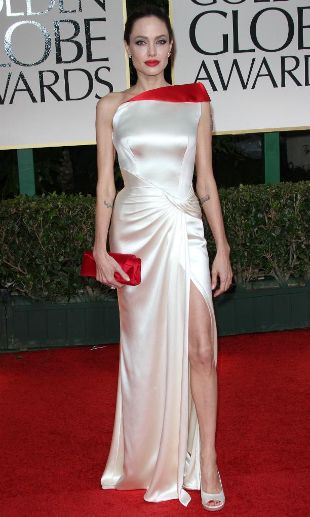 На вручение награды Золотой Глобус Анджелина Джоли вновь выбирает атлас. Платье нежного кремовог