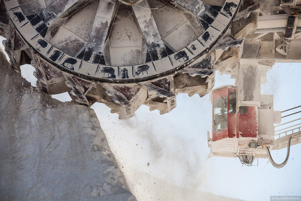 18. Высота экскаватора 54 метра, масса — 3 тысячи 350 тонн. Это сравнимо с весом 100 вагонов ме
