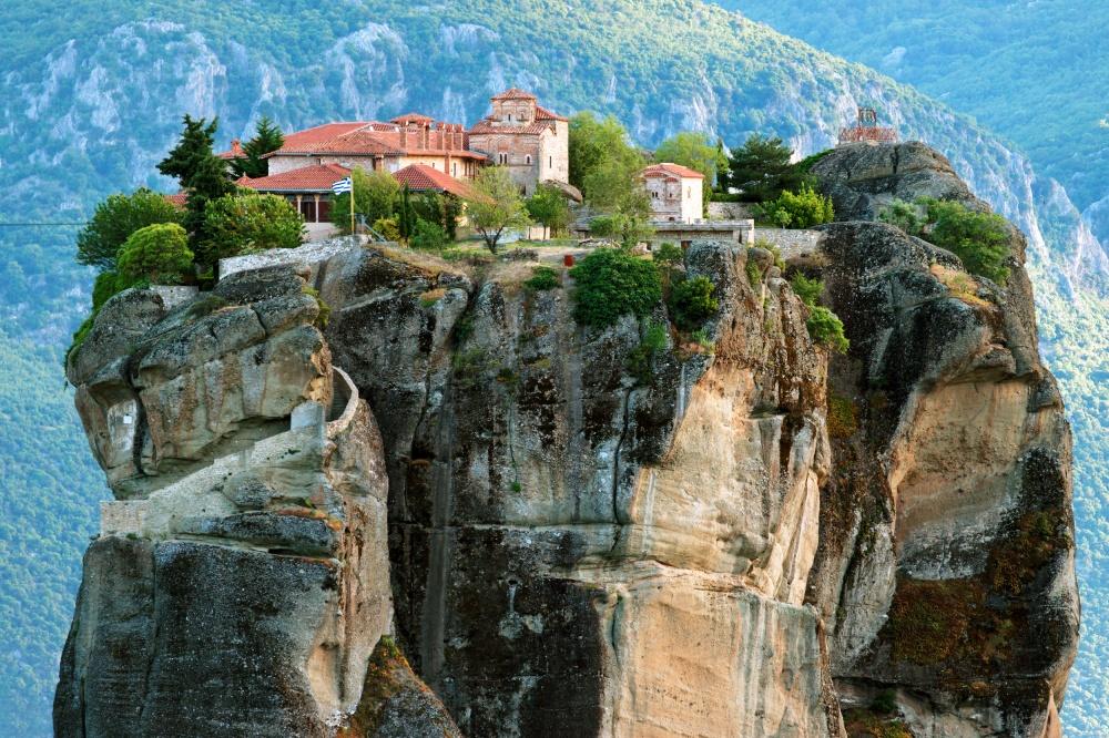 Монастыри Метеоры— одна изсамых ярких достопримечательностей Греции. Шесть православных монастырей