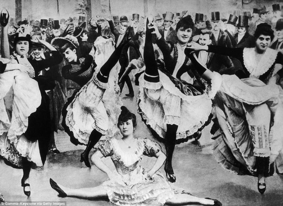 17. Танцовщицы канкана всегда выступали в длинных юбках и черных чулках.
