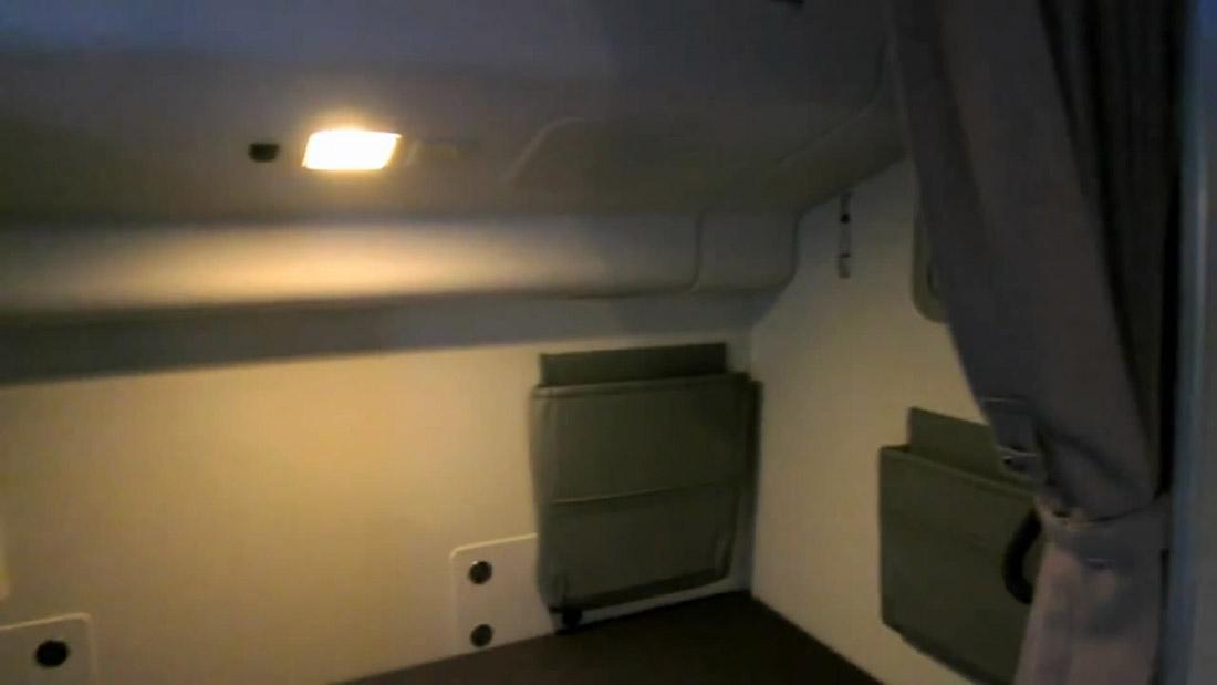 15. Каждый отсек примерно 1,8 м в длину и всего 60 см в ширину. Наверху есть лампочка для чтения.