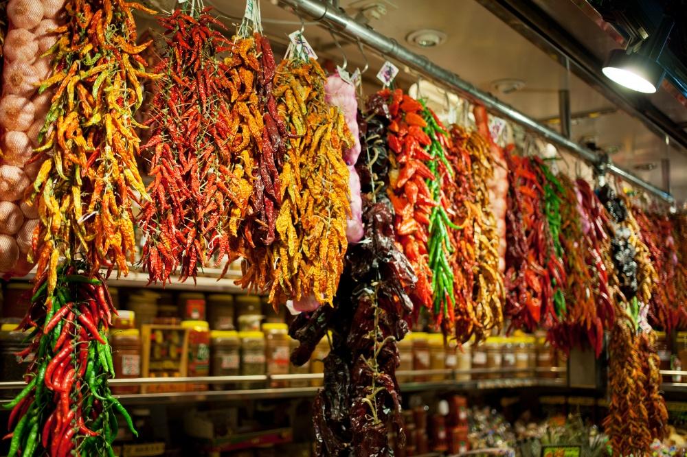 Паприка вВенгрии— неотъемлемая часть рациона. Она здесь налюбой вкус ицвет: сладкая, соленая, ос