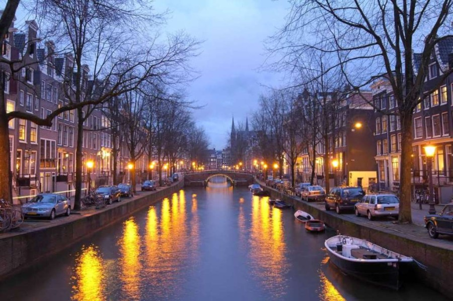 10. Амстердам, Голландия. Гамбургер с картофелем фри и напитком — 21,97$, чашка кофе — 3,88$, бокал