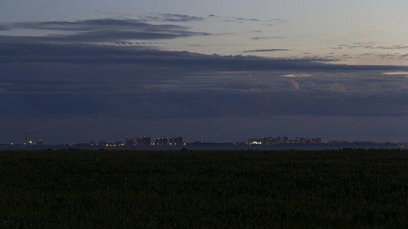 Ночной вид на город Киров на горизонте: ТЭЦ-5 (16 км), мкр Солнечный Берег (8 км), Зональный (8,5 км). Огоньки окон и сигнальные красные огни на высотных объектах