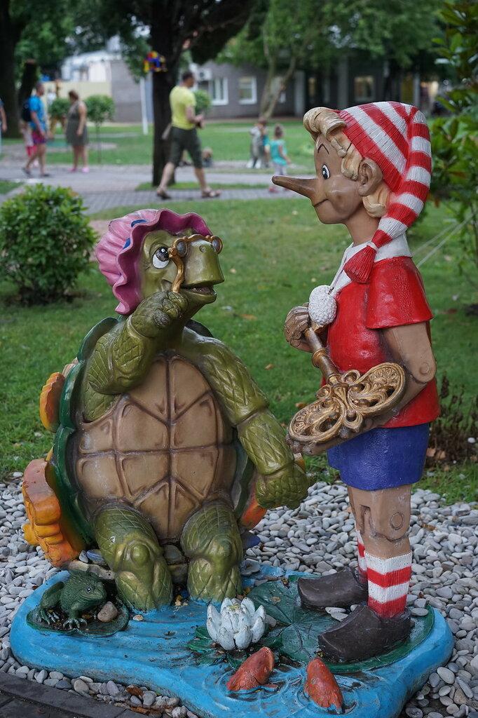 Скульптуры Буратино и черепаха Тортилла (Город Сказок, г.Геленджик)