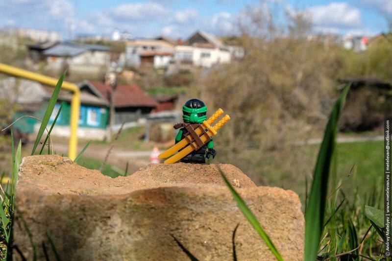 лего воин сидит на камне