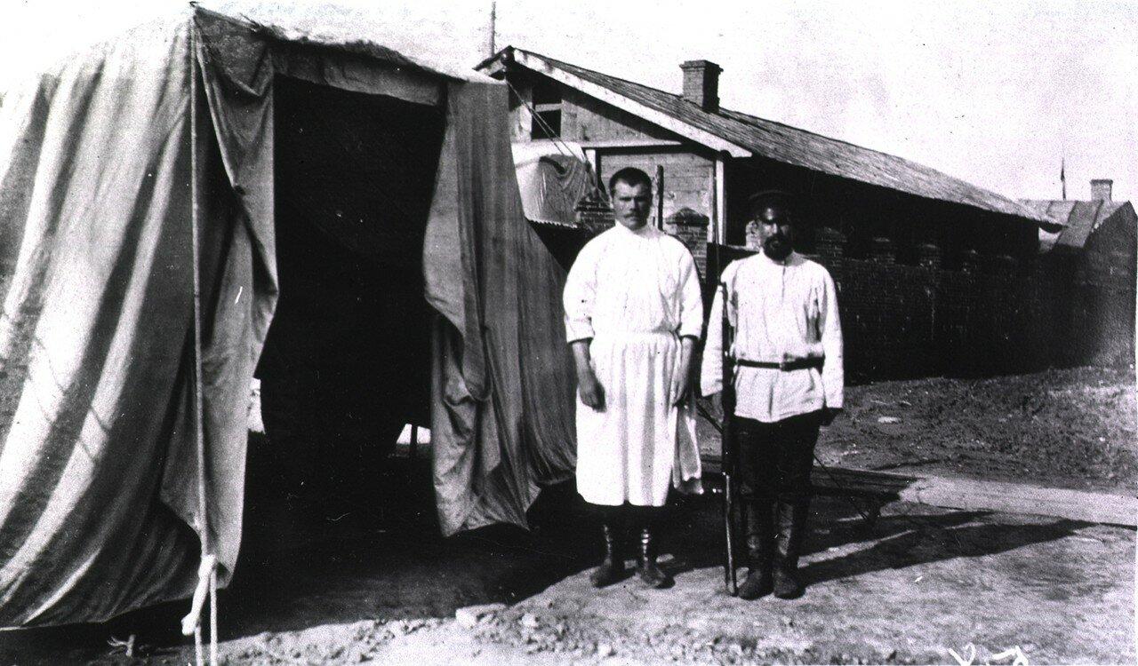 Хирург и охранник возле с палатки охранников