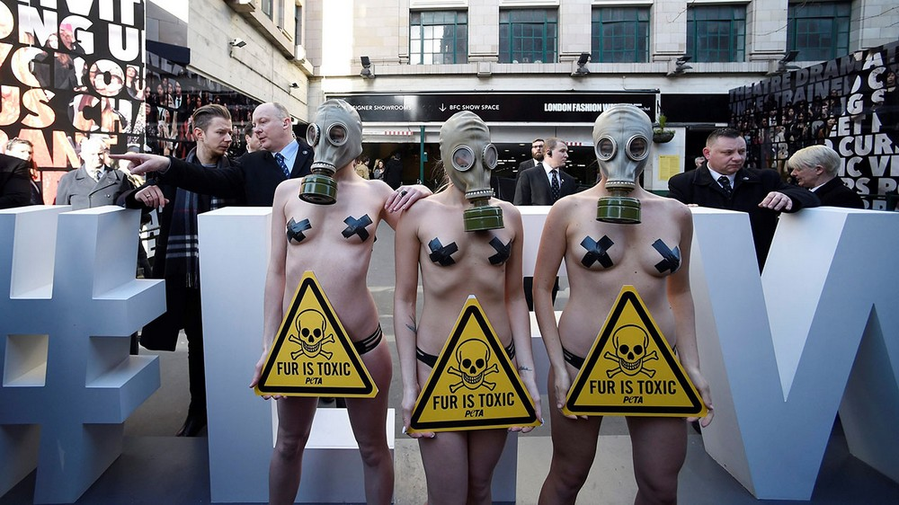 Полуобнаженный протест на London Fashion Week