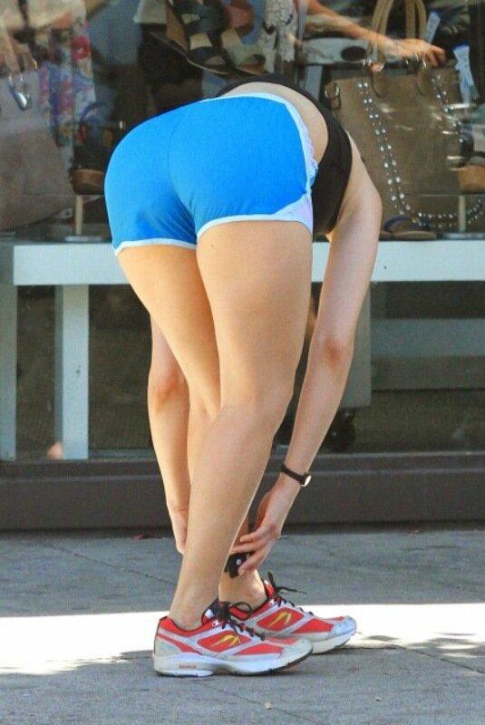 0 1c6a3d d7617292 XL Эмма Россам в голубых шортиках и черном топике