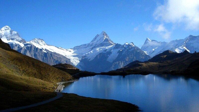 Озеро Бах в горах Швейцарии