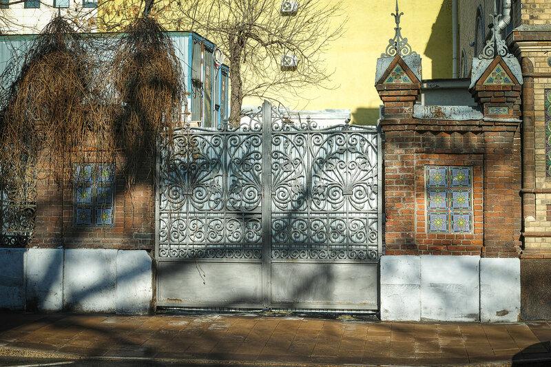Москва. Кирпичи, плитка и забор.