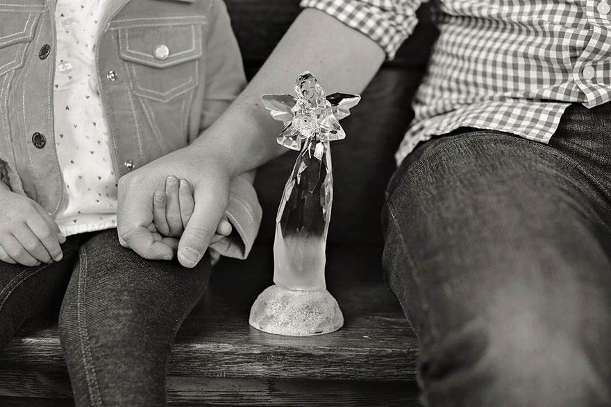 11. Бен и Оливия. Рядом стоит стеклянный ангелочек, которого Оливия зовет «Мамочка».