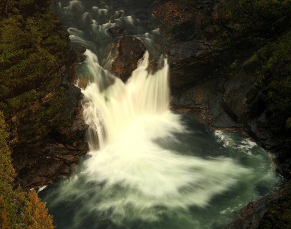 141-метровый водопад Хельмкен (четвертый повысоте вКанаде) низвергается скрая скалы вширокую кам
