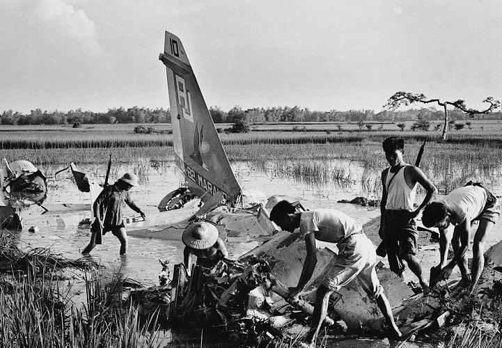 Вьетконговцы лицом к лицу с врагом, вероятнее всего, в дельте реки Меконг. Редкий недатированный сни