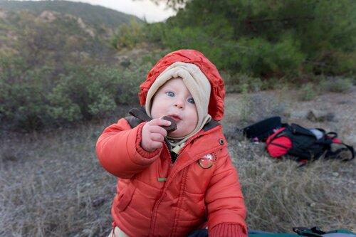 ребенок ест камни