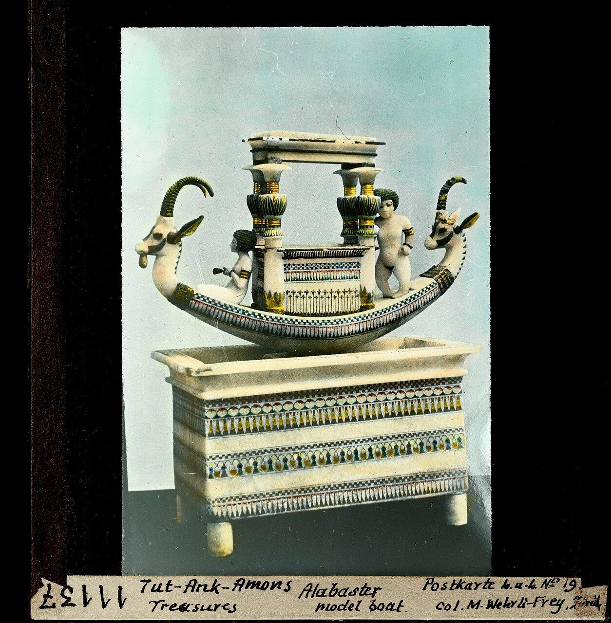 Сделанная из алебастра модель лодки