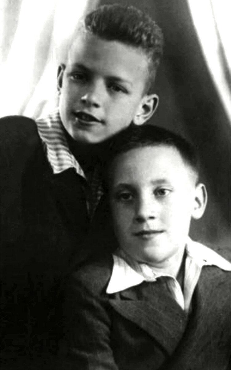 1950. Володя Севрюков и Володя Высоцкий. Москва. Фото Н.Львова