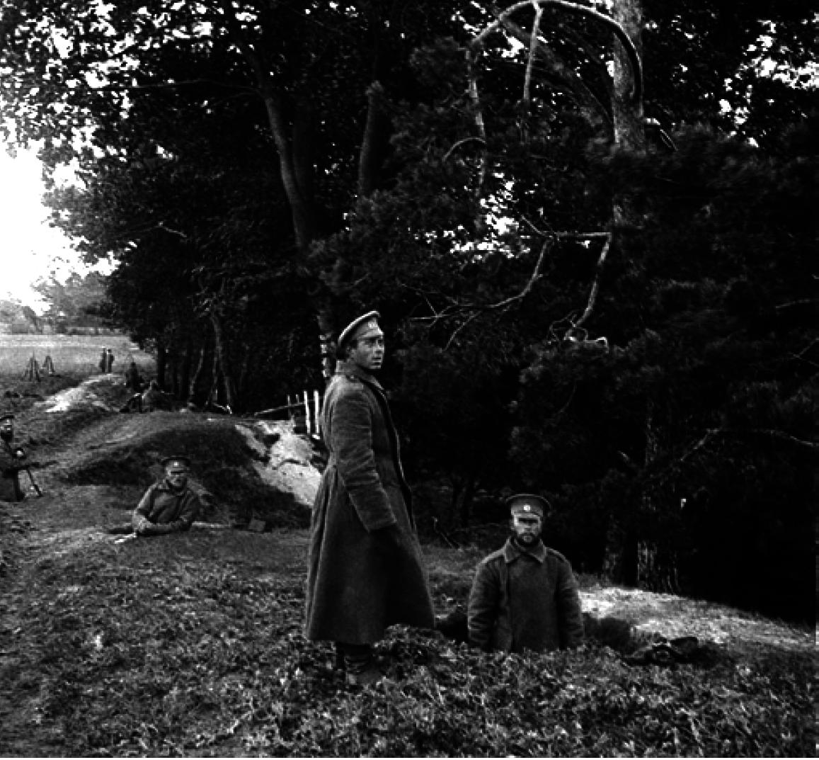 16. 914. Солдаты роют окопы напротив города Ниско у реки Сан. Галиция