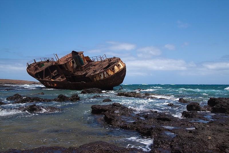 0 182c1c f58f17c0 orig - На мели: фото брошенных кораблей