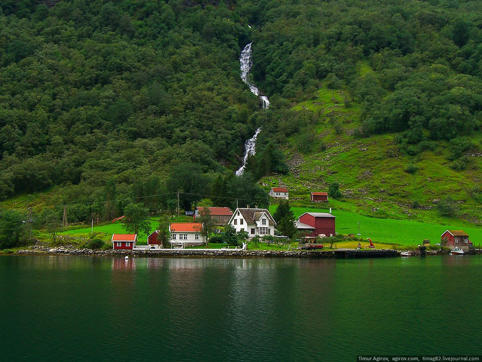 Фьорд очень узкий, дух захватывает когда плывешь между скал: