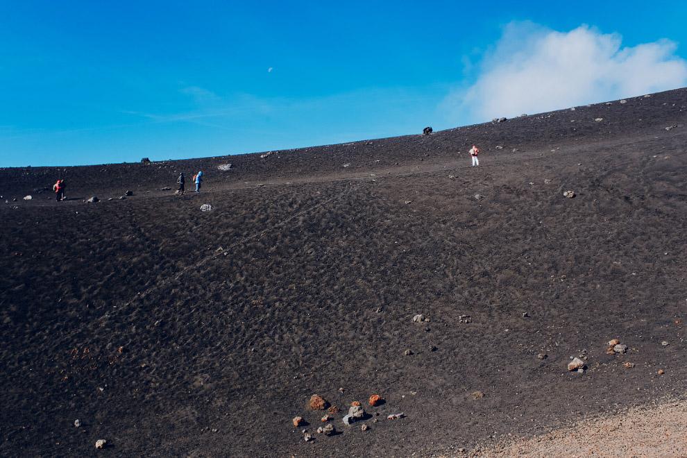 20. На самую-самую вершину, к верхнему кратеру самостоятельно попасть нельзя, только со специальной