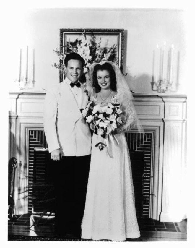 Калифорния, 19 июня 1942 года.      Маленькая Норма Джин Мортенсон с матерью, Глэдис Бей