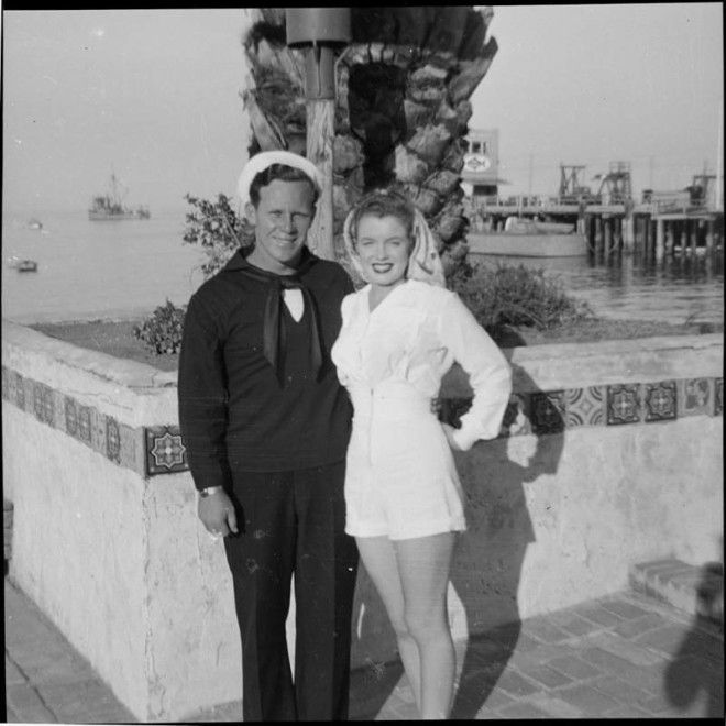 Авалон, остров Санта-Каталина, 1943 год.      Молодая Норма Джин Мортенсон играет с пинг