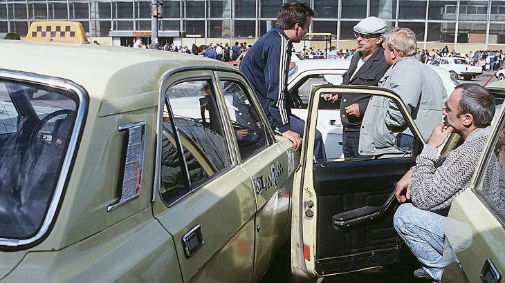 2. Невероятно, на даже в Калининграде в 1992 году было почти незаметно иномарок:
