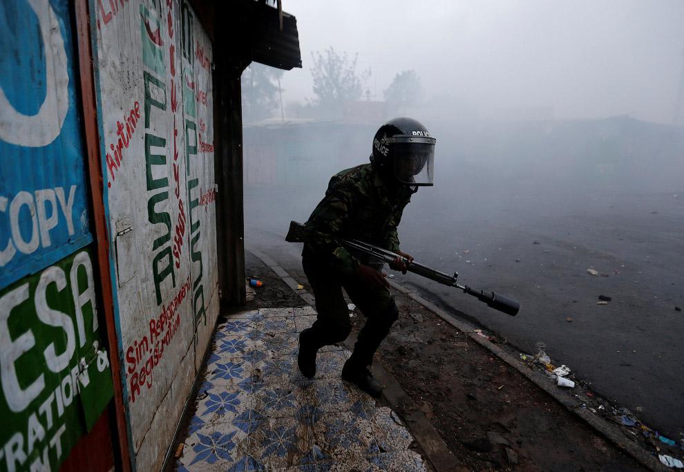 4. Попытка проехать через горящую баррикаду, созданную сторонниками оппозиции. (Фото Dai Kurokawa):