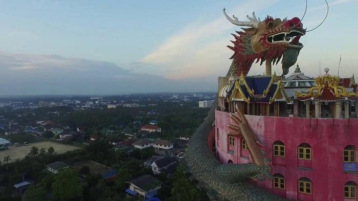 В главном здании храмового комплекса используются лишь несколько этажей. Подняться наверх можно по л