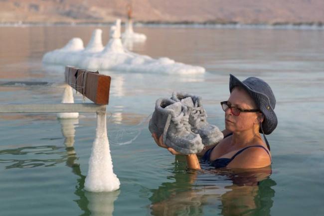 Художница на3месяца погружает старые вещи вМертвое море, иони превращаются вочто-то завораживающее (11 фото)