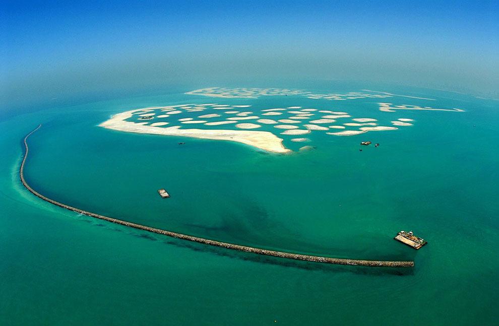 В апреле 2004 года из воды показывается первый остров, получивший название «Дубай». В отличие от Пал