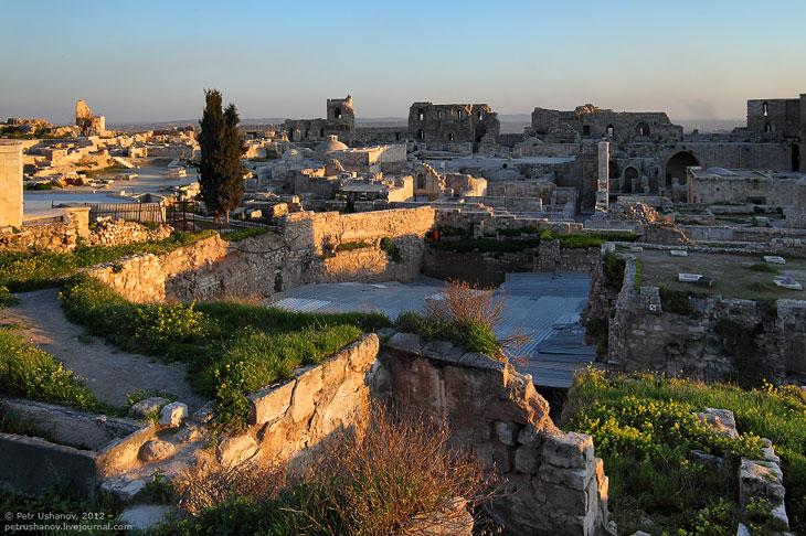 Прекрасный вид на город открывается из крепости. На переднем плане разрушенная башня, за ней ров, а